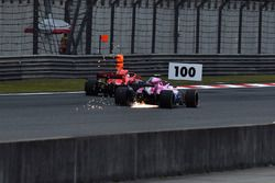 Esteban Ocon, Force India VJM11 en Sebastian Vettel, Ferrari SF71H
