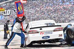 David Ragan, Front Row Motorsports, Ford Fusion 1000Bulbs.Com, makes a pit stop