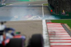 Charles Leclerc, Sauber C37 Ferrari, en tête-à-queue devant une Toro Rosso