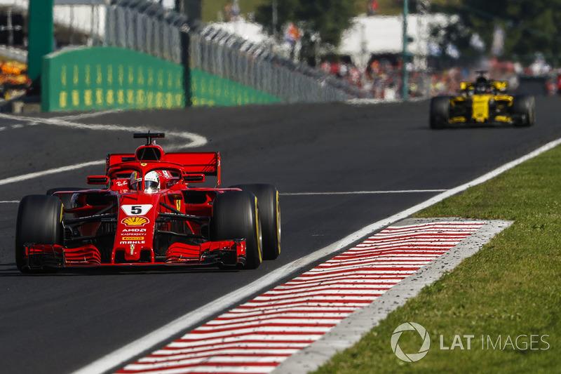 Sebastian Vettel, Ferrari SF71H, delante de Nico Hulkenberg, Renault Sport F1 Team R.S. 18