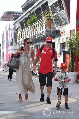 Kimi Raikkonen, Ferrari, con la moglie Minttu Virtanen e il figlio Robin Raikkonen