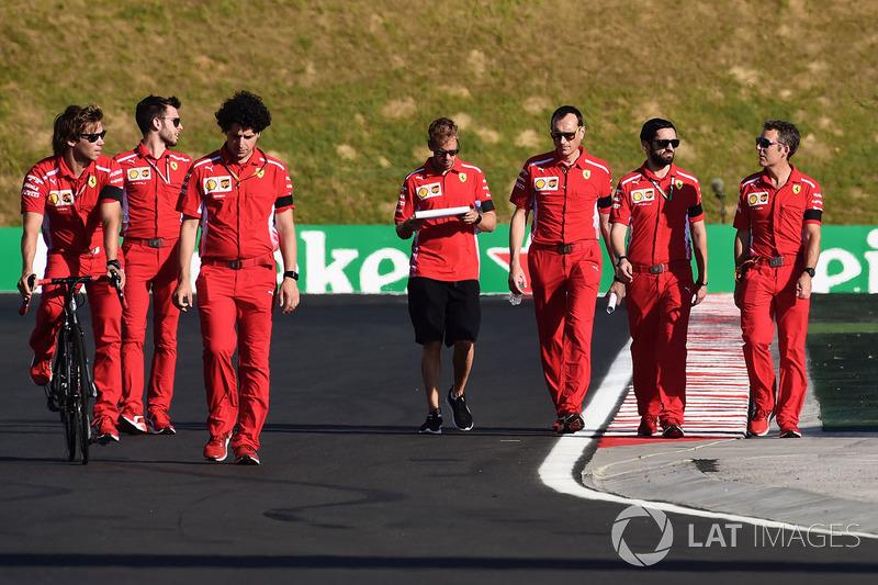 Sebastian Vettel, Ferrari camina or el circuito