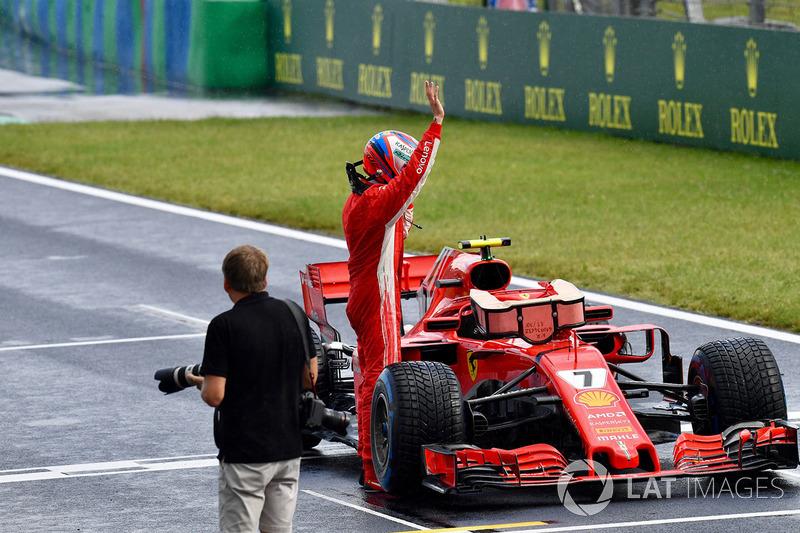 Kimi Raikkonen, Ferrari SF71H, festeggia nel parco chiuso