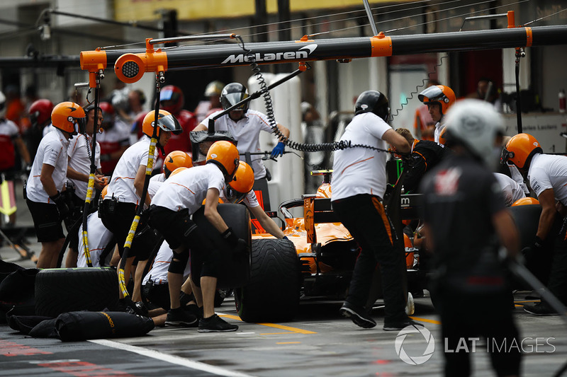 Stoffel Vandoorne, McLaren MCL33, rientra ai box
