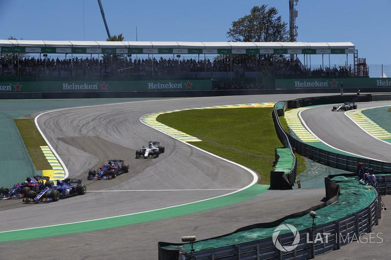 Pierre Gasly, Scuderia Toro Rosso STR12, Marcus Ericsson, Sauber C36, Brendon Hartley, Scuderia Toro Rosso STR12, Lance Stroll, Williams FW40, cinseguono il gruppo alla partenza