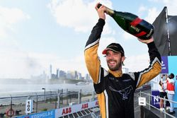 Jean-Eric Vergne, Techeetah, festeggia sul podio dopo la vittoria del campionato