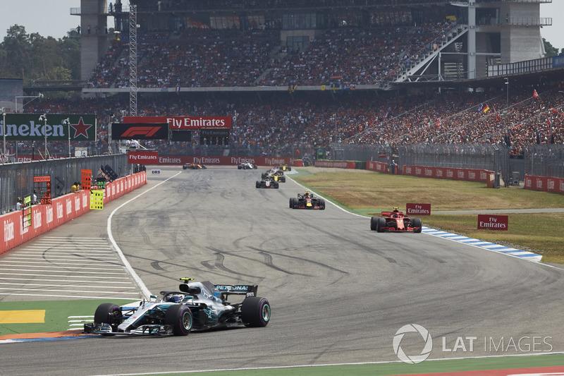 Valtteri Bottas, Mercedes AMG F1 W09, voor Kimi Raikkonen, Ferrari SF71H, en Max Verstappen, Red Bull Racing RB14