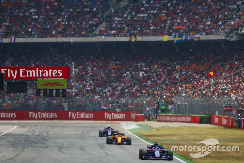 Brendon Hartley, Toro Rosso STR13 Stoffel Vandoorne, McLaren MCL33, y Pierre Gasly, Toro Rosso STR13