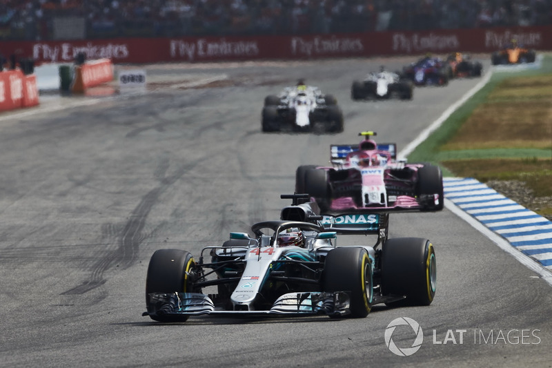 Lewis Hamilton, Mercedes AMG F1 W09, za nim Esteban Ocon, Force India VJM11