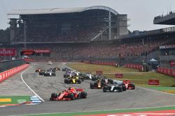 Sebastian Vettel, Ferrari SF71H aan de leiding bij de start