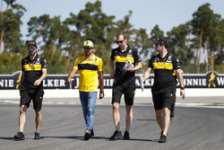 Carlos Sainz Jr., Renault Sport F1 Team, walks the track