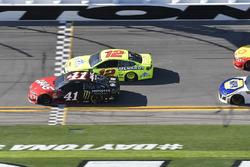 Kurt Busch, Stewart-Haas Racing Ford Fusion, Ryan Blaney, Team Penske Ford Fusion