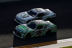 Daniel Suarez, Joe Gibbs Racing, Interstate Batteries Toyota Camry e Tyler Reddick, JR Motorsports,