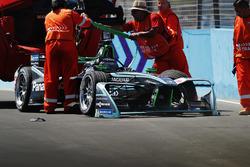 I marshal recuperano la monoposto incidentata di Nelson Piquet Jr., Jaguar Racing