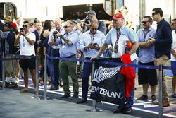 Un fan de Brendon Hartley, Toro Rosso, avec un drapeau dans les stands