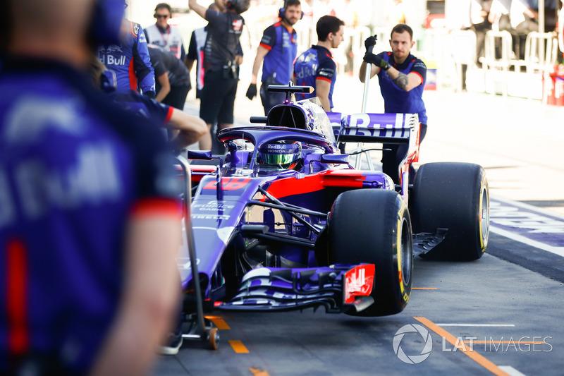 Brendon Hartley, Toro Rosso STR13 Honda, enters the pits