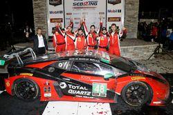 Podio GTD: i vincitori Madison Snow, Bryan Sellers, Corey Lewis, Paul Miller Racing