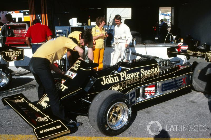 Nigel Mansell, habla con su mujer Roseanne Mansell, mientras los mecánicos trabajan en el Lotus 87