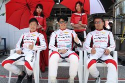 #97 Modulo CIVIC TCRの植松忠雄(右)、中野信治(中央)、大津弘樹(左)