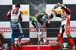 Подиум: второе место - Михаэл ван дер Марк, Honda WSBK Team, победитель - Джонатан Рей, Kawasaki Rac