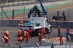 El auto de Nelson Piquet Jr., NEXTEV TCR Formula E Team es llevado en una grúa después de su accide