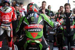 Le vainqueur Tom Sykes, Kawasaki Racing Team fête sa victoire dans le Parc Fermé