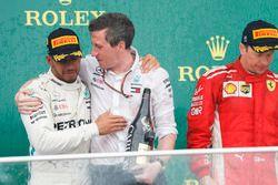 Le vainqueur Lewis Hamilton, Mercedes AMG F1, et le deuxième, Kimi Raikkonen, Ferrari, sur le podium