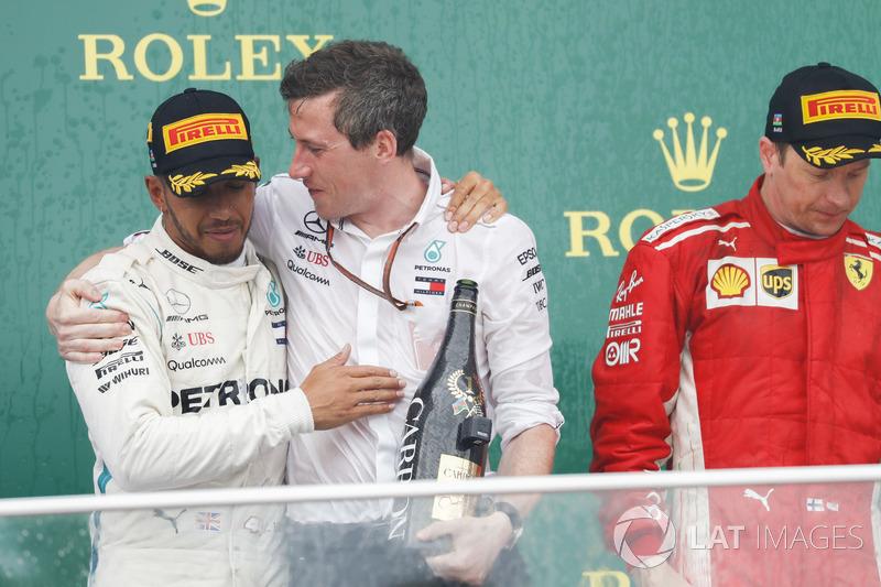 Lewis Hamilton, Mercedes AMG F1, 1° classificato, festeggia con il delegato Mercedes per il trofeo costruttori, accanto a Kimi Raikkonen, Ferrari, 2° classificato, sul podio