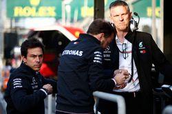 Руководитель Mercedes AMG F1 Тото Вольф и технический директор Джеймс Эллисон
