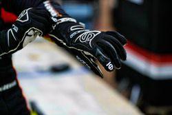 Simon Pagenaud, Team Penske Chevrolet, manos, guantes, cinta