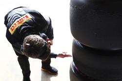 Un meccanico Pirelli al lavoro