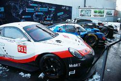 Autos WEC en la nieve de París
