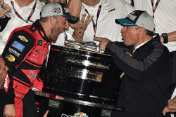 Austin Dillon, Richard Childress Racing Chevrolet Camaro e il team festeggiano in victory lane