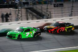 Danica Patrick, Premium Motorsports Chevrolet Camaro e Martin Truex Jr., Furniture Row Racing Toyota