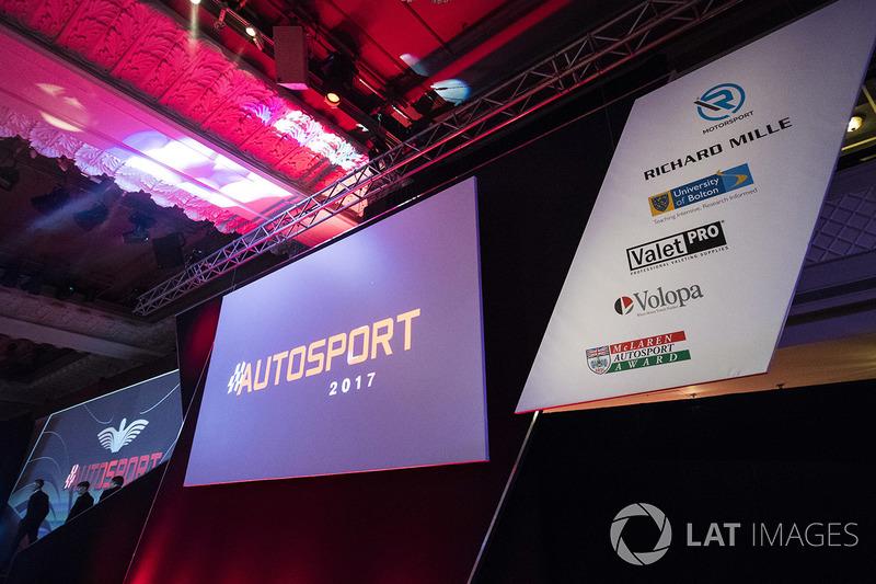 Logos de los patrocinadores en el escenario