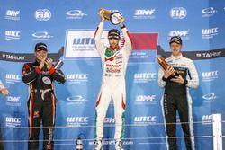 Podio: il vincitore della gara Esteban Guerrieri, Honda Racing Team JAS, Honda Civic WTCC, il second