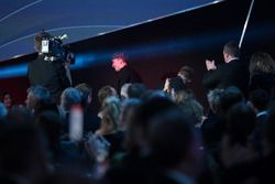 Ganador del Premio McLaren Autosport BRC va hacia el escenario