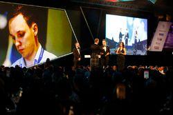 David Coulthard ve Autosport Williams Geleceğin Mühendisi Ödülü galibi Martins Zalmans ve Paddy Lowe