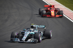 Валттері Боттас, Mercedes AMG F1 W09, попереду Кімі Райкконена, Ferrari SF71H