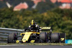 Nico Hulkenberg, Renault Sport F1 Team R.S. 18, yolda kaldıktan sonra aracını terk ediyor