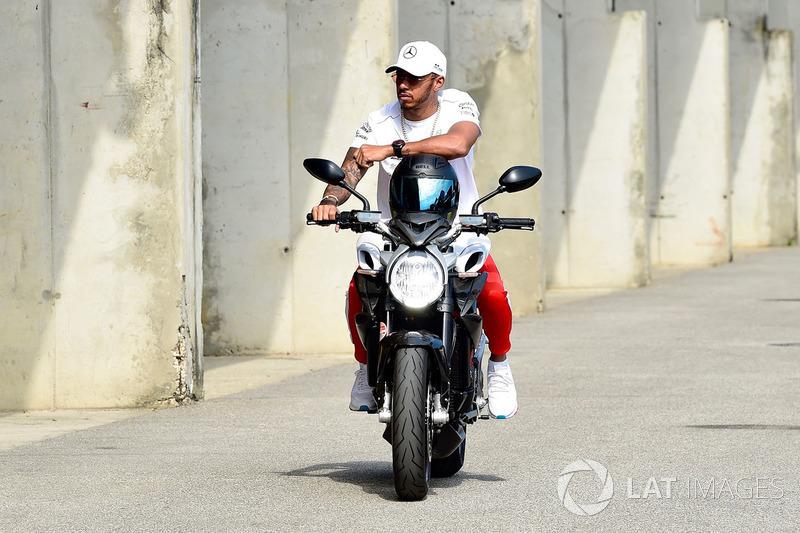 Lewis Hamilton, Mercedes-AMG F1 sur sa moto MV Agusta