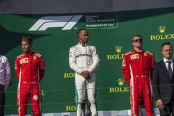 Sebastian Vettel, Ferrari, Lewis Hamilton, Mercedes-AMG F1 e Kimi Raikkonen, Ferrari, festeggiano sul podio