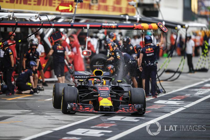 Daniel Ricciardo, Red Bull Racing RB14, lascia i box dopo un pit stop