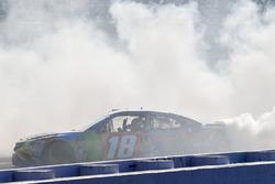 Kyle Busch, Joe Gibbs Racing, Toyota Camry M&M's Caramel, festeggia con un burnout dopo aver vinto la gara