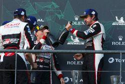 Ganadores de la carrera Fernando Alonso, Sébastien Buemi, Kazuki Nakajima, Toyota Gazoo Racing