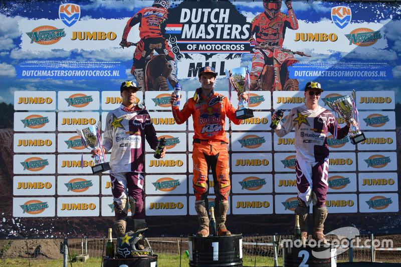 Podium, tweede plaats Gautier Paulin, Rockstar Husqvarna Energy Racing, eerste plaats Jeffrey Herlings, Red Bull KTM Factory Racing, derde plaats Max Anstie, Rockstar Husqvarna Energy Racing