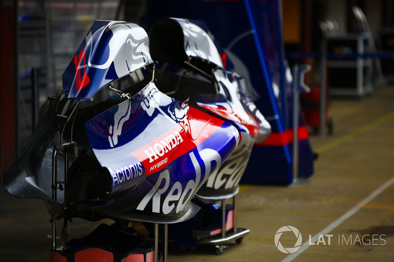 Carrozzeria delle Toro Rosso STR13 in pit lane
