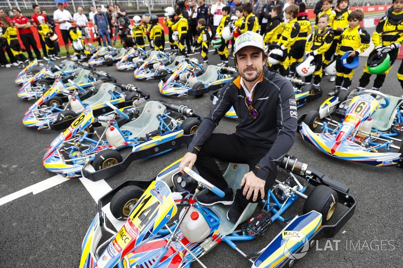 Fernando Alonso, McLaren, posa en un kart