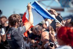 Romain Grosjean, Haas F1 firma autógrafos a los fans