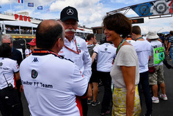 Frederic Vasseur, Sauber, Team Principal and Dr. Dieter Zetsche (GER), CEO of Daimler AG on the grid